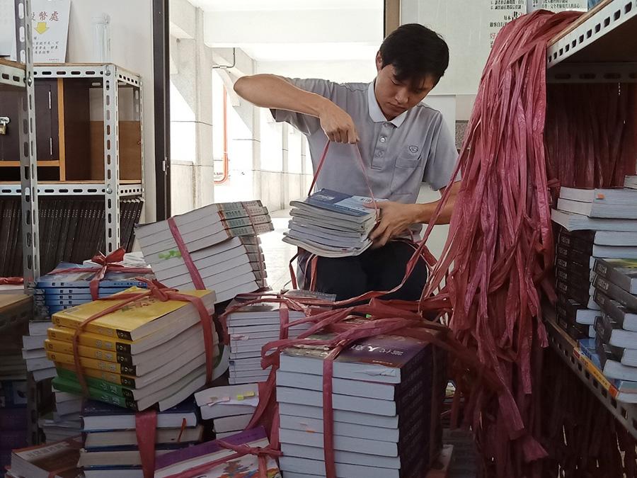 慈濟科技大學趁著暑假從宿舍搬運大量二手書,每一本通通只要20元!